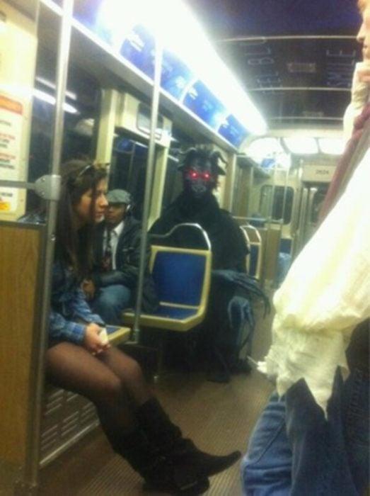 Disfraz diabólico en el metro