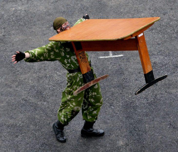 Imágenes inexplicables - soldado cargando mesa con los dientes