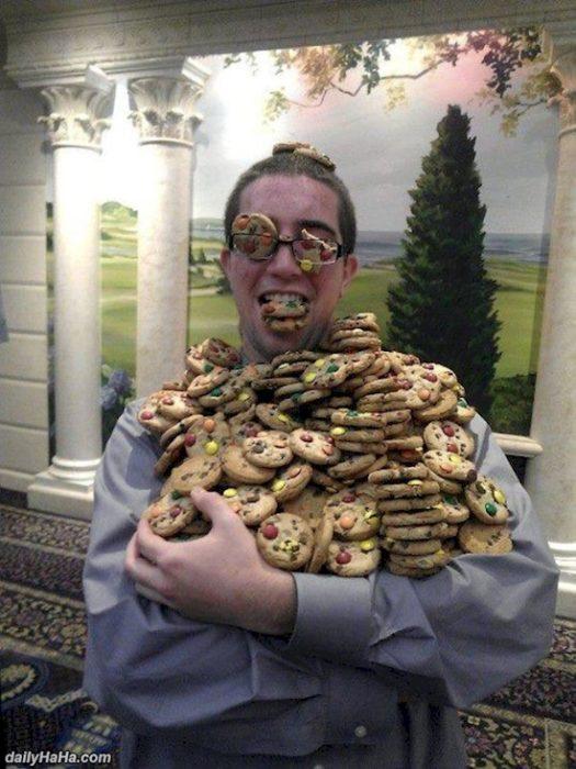 Imágenes inexplicables - hombre con muchísimas galletas