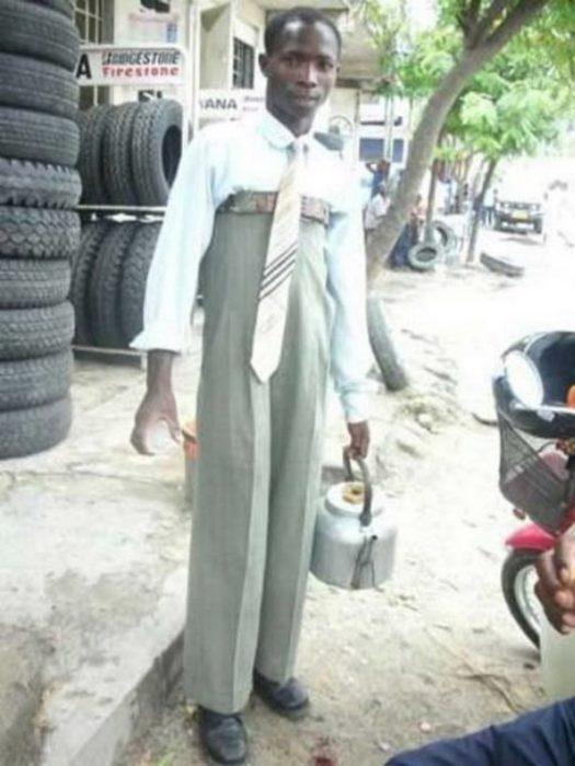 Imágenes inexplicables - hombre con el pantalón hasta el pecho