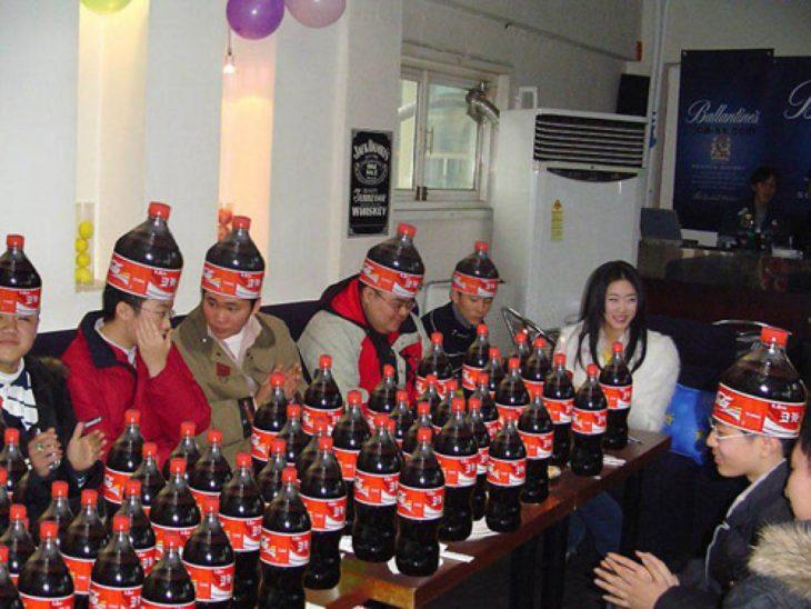 Imágenes inexplicables - fiesta con muchos refrescos y las personas con sombreros de refrescos