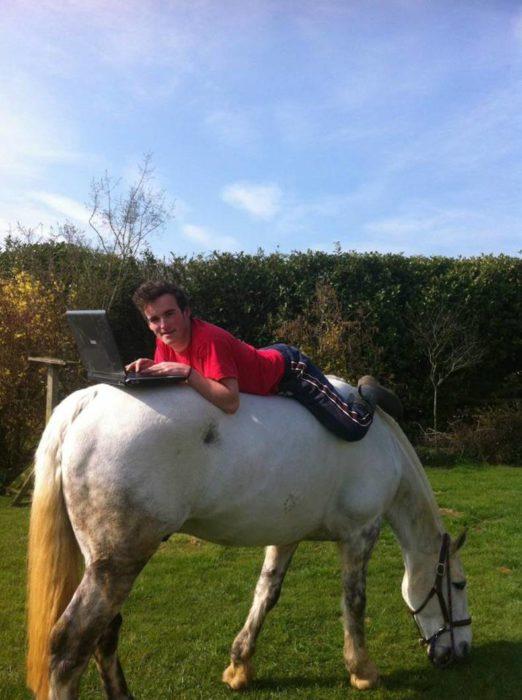 Imágenes inexplicables - hombre con pc en caballo