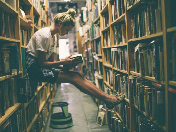 chica lista leyendo
