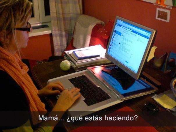 Mamá usando la computadora muy raro