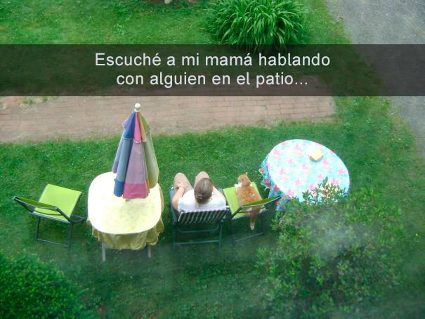 Mamá en el patio platicando con el gato