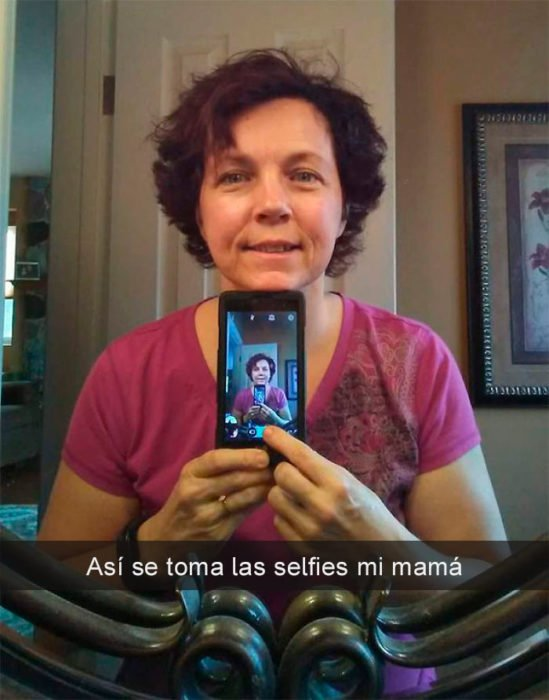 Mamá selfie frente al espejo