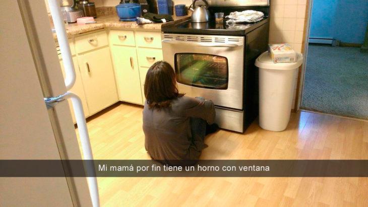 mamá viendo el horno