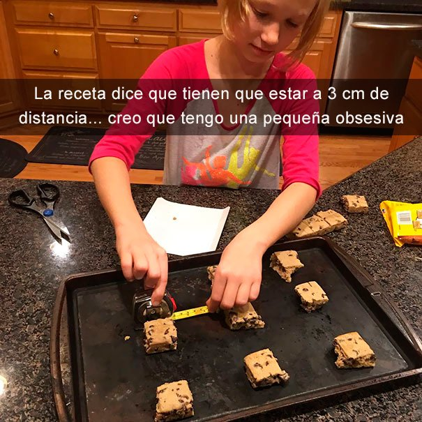niña mide distancia entre brownies