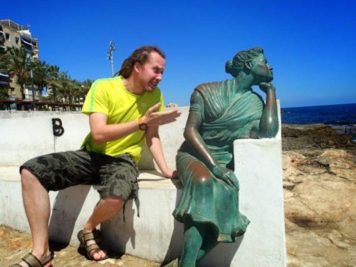 Hombre peleando con estatua mujer