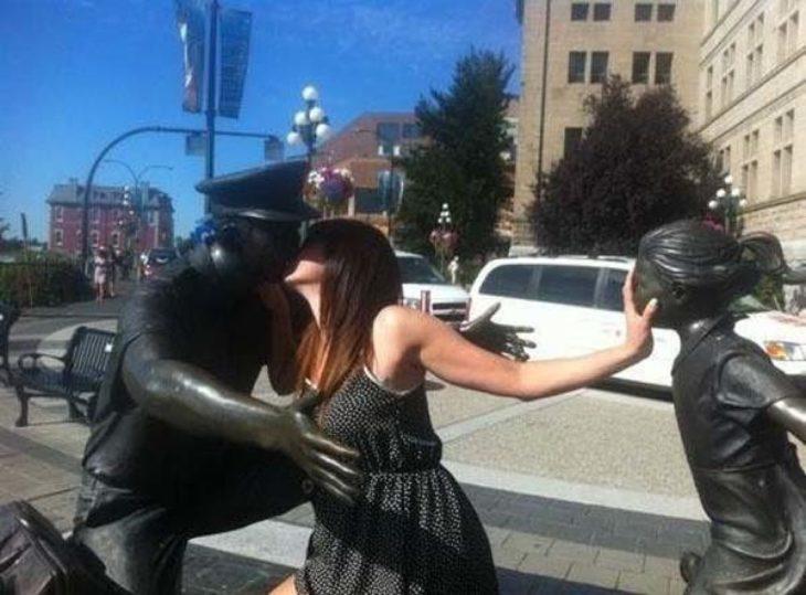 Mujer besando a estatua