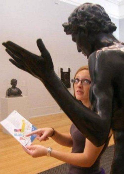 Mujer pidiendo instrucciones a una estatua