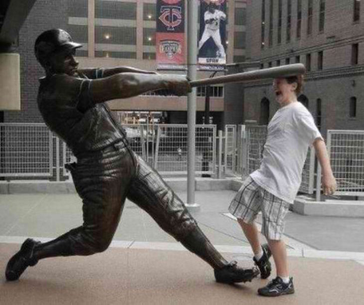 Estatua de beisbolista le pega en la cabeza a hombre