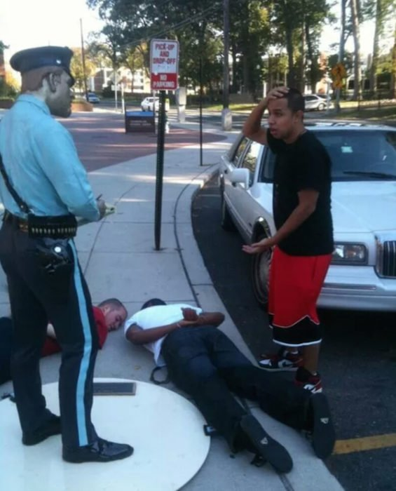 Estatua policía arrestando a tres