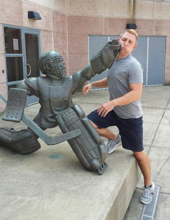 Estatua golpeando a hombre
