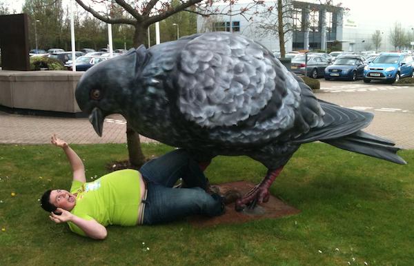 Paloma gigante estatua atacando a hombre