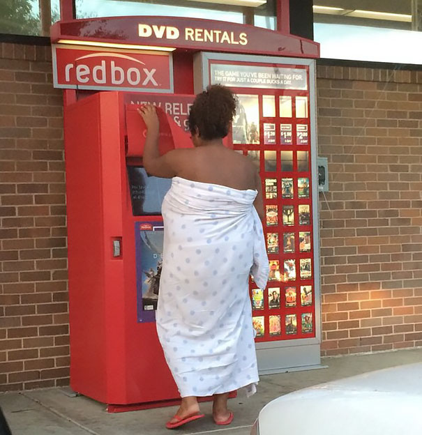 mujer en sábana rentando una película
