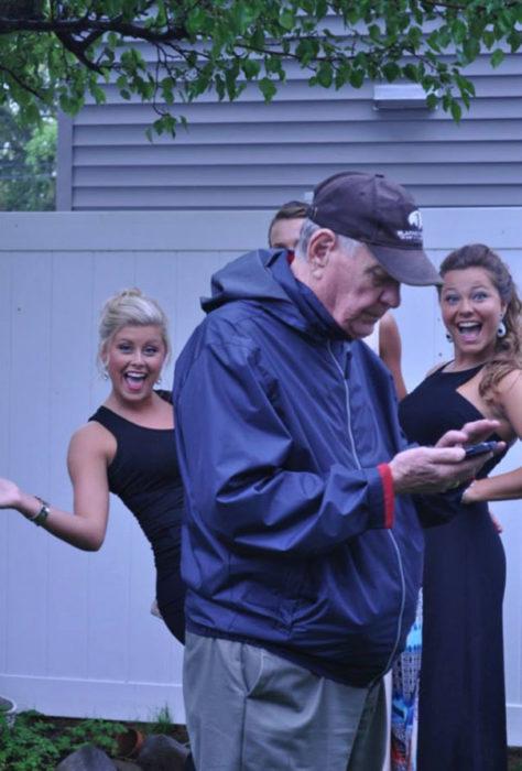 abuelo se atravesó en la foto