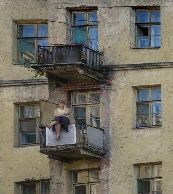 mujer sentada en un balcón