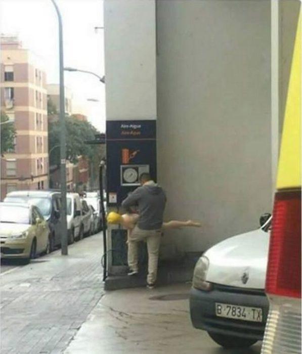 hombre inflando su muñeca en gasolinera