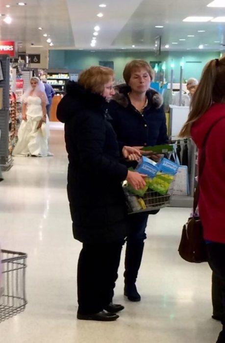 novia en el supermercado
