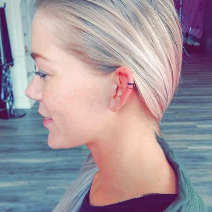 Tatuaje sencillo de una línea horizontal en el cartilago