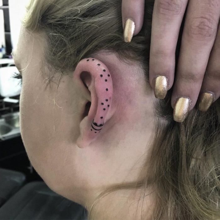 Tatuaje de puntos en el cartílago