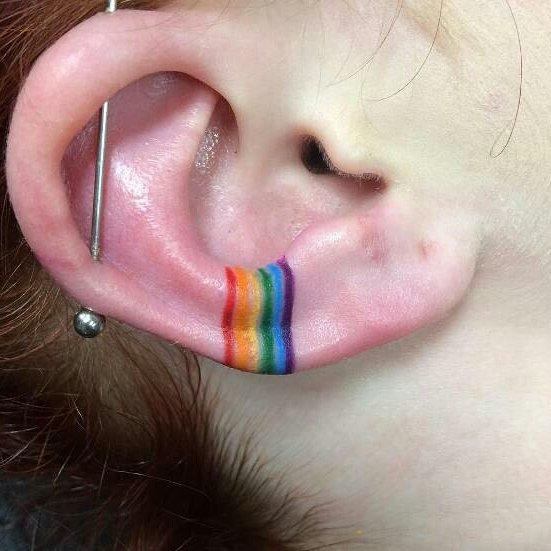 Tatuaje de LGBT en el oído