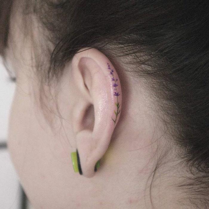 Tatuaje rama morada en el oido