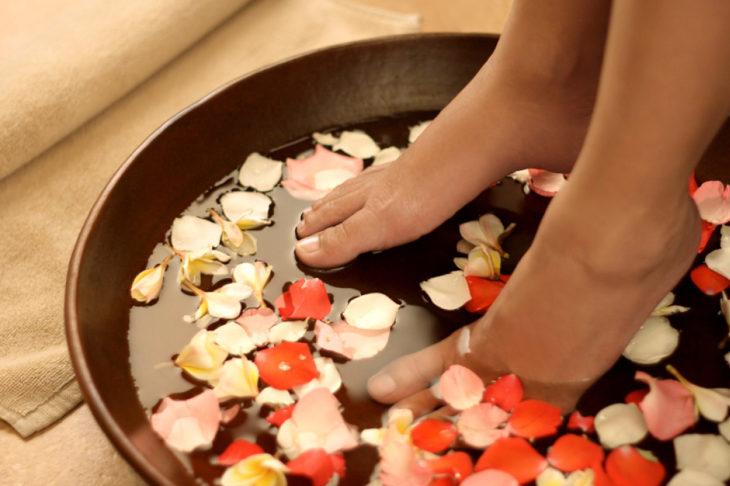 pies en agua con flores