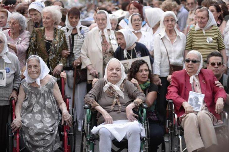 abuelitas en una marcha