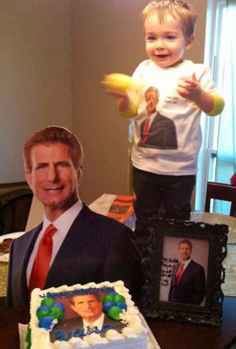 niño con una playera y un pastel de un abogado