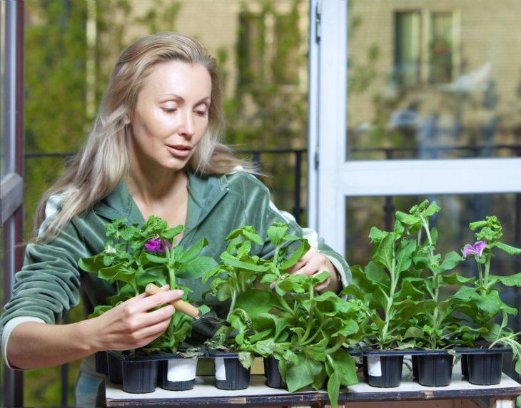 mujer hablándole a las plantas