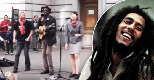 Cover Canta a Bob Marley en la calle e invita a alguien del público a unirse a él. El dúo es impresionante