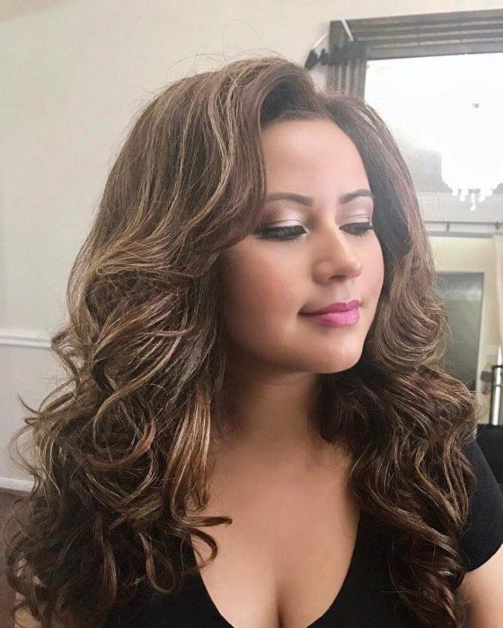 mujer con cabello con mucho volumen