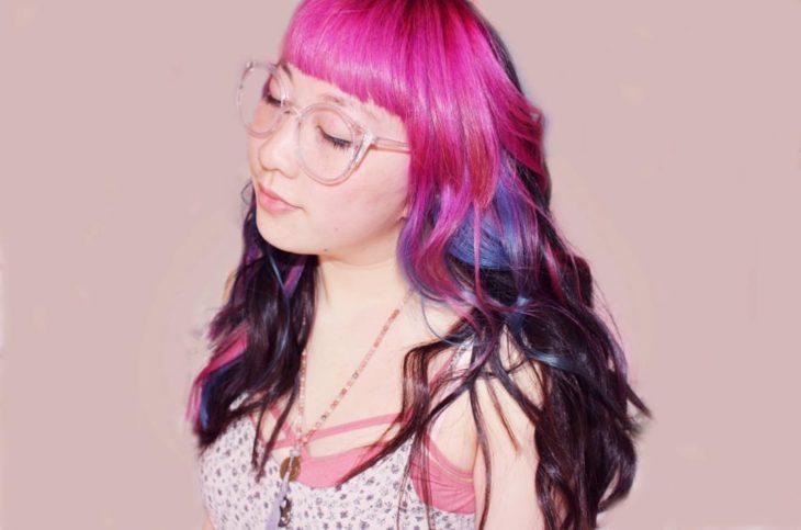 muchacha con el cabello de colores
