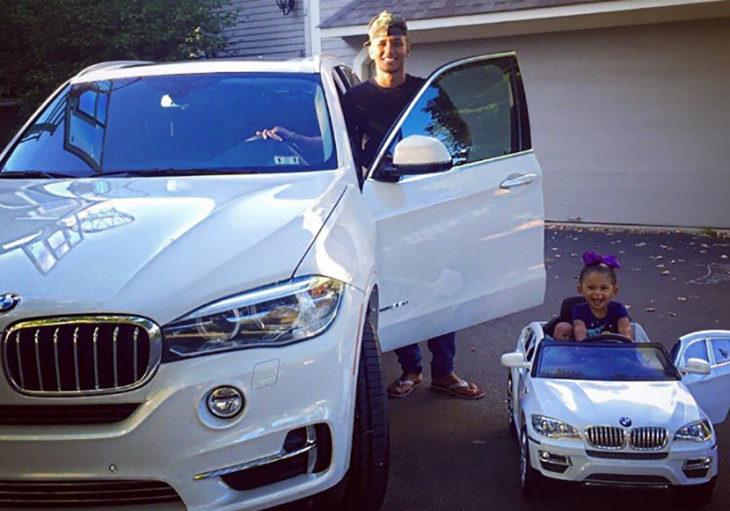 padre e hijo con coches similares