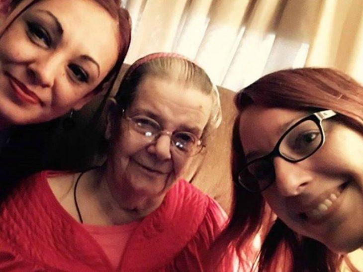 Mujer de 90 años con sus vecinas