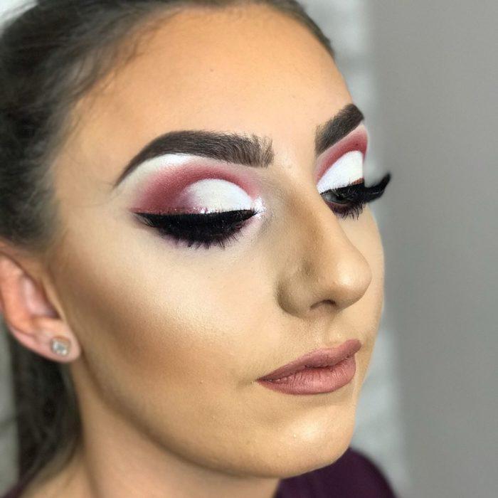 mujer con cejas muy definidas y muy gruesas