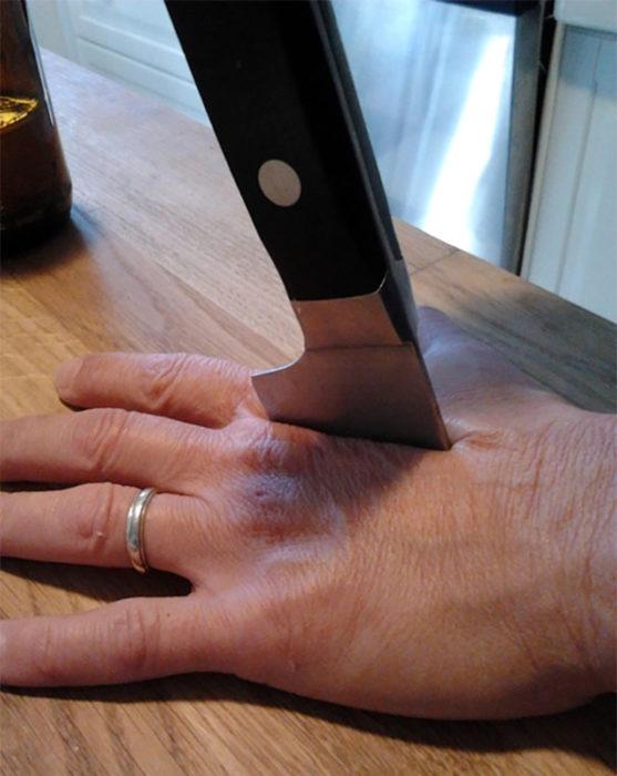 efecto parece que cuchillo atraviesa una mano
