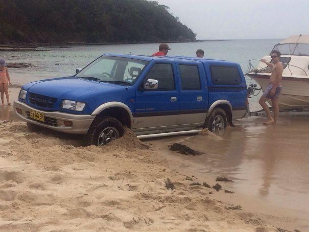es por eso que los carros no pueden acercarse a la playa