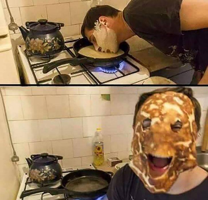 hombre pone su rostro en un sartén y aparece con una máscara de hotcake