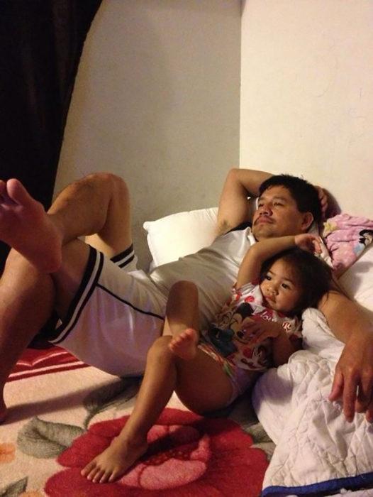 padre e hija recostados con una pierna cruzada