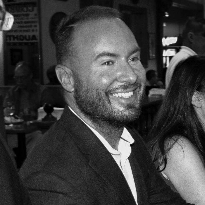 hombre feliz foto blanco y negro