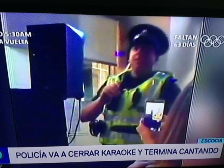 nticia sobre policía cantando karaoke