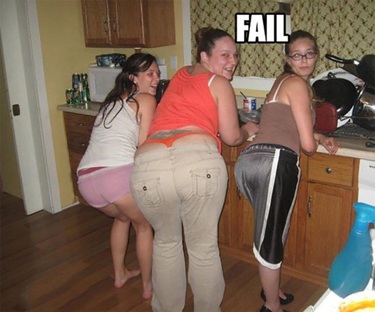 tres mujeres parando el trasero