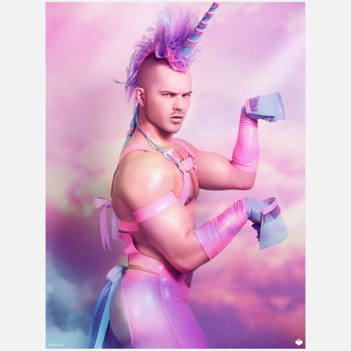 hombre vestido de unicornio
