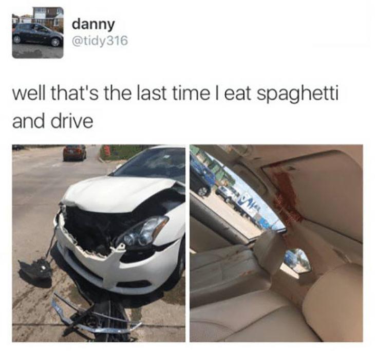 Vehículo chocado debido a que conductor iba comiendo