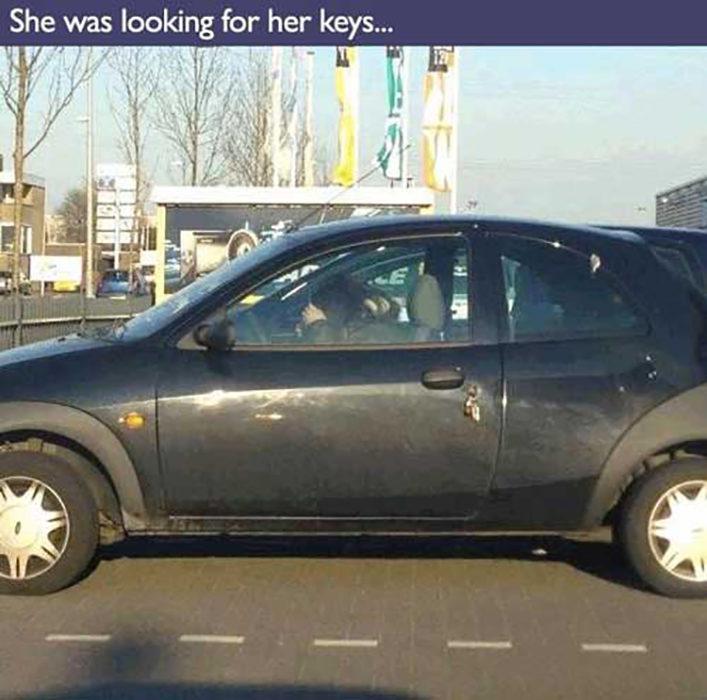mujer dentro del coche busca las llaves que dejo fuera