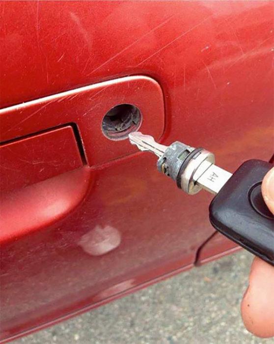 Chapa de puerta del carro se queda atorada en la llave