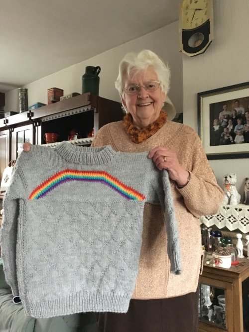 abuela suéter arcoíris